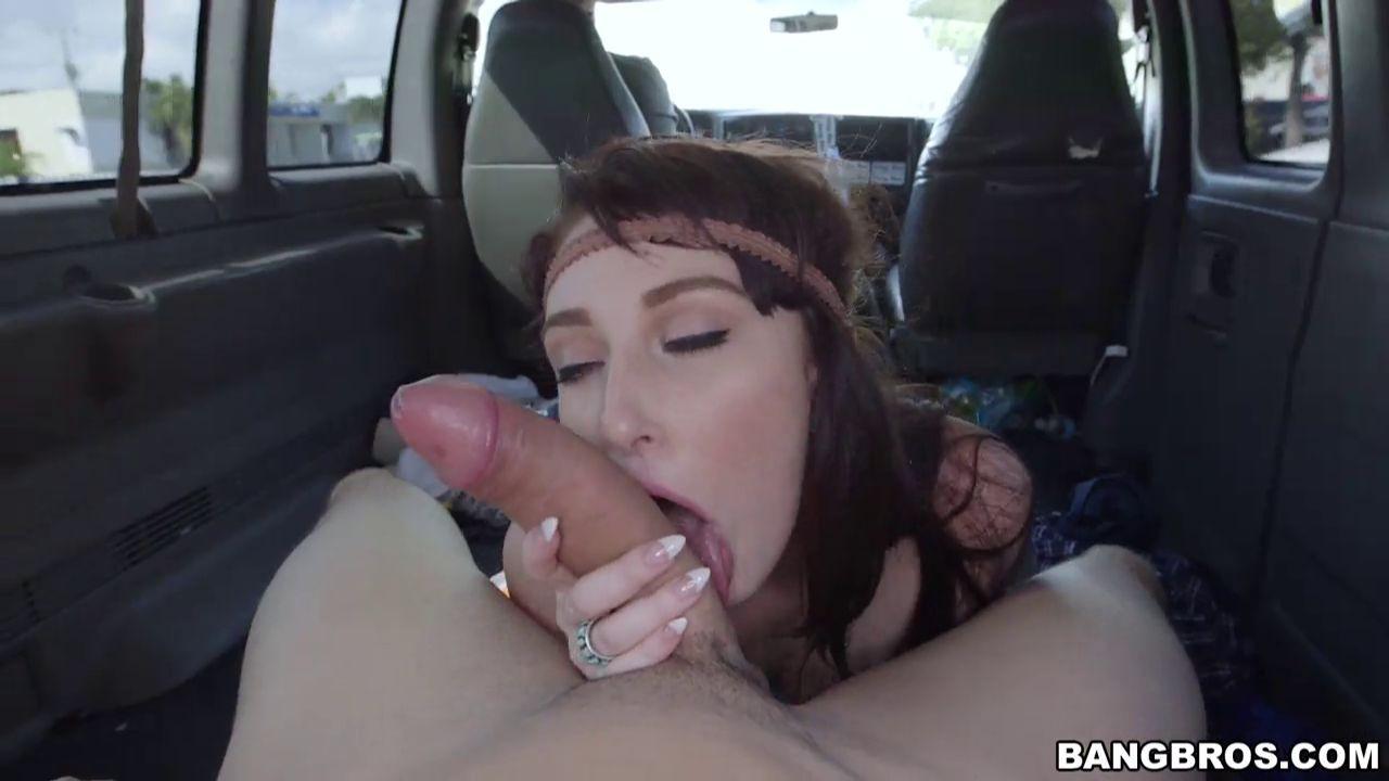 Плоская девушка потрахалась за деньги в авто