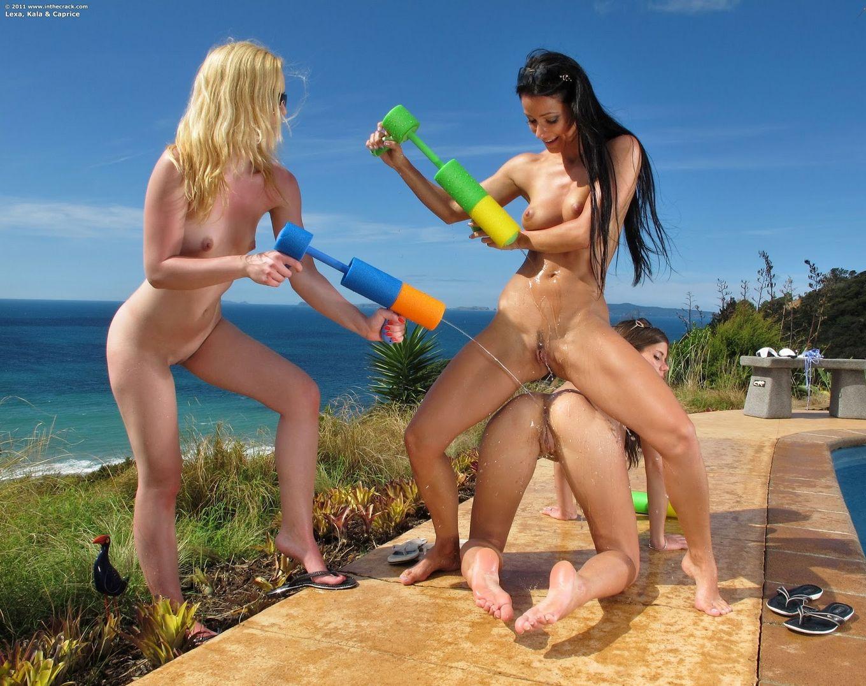 Кала, Мелисса и Каприс у бассейна
