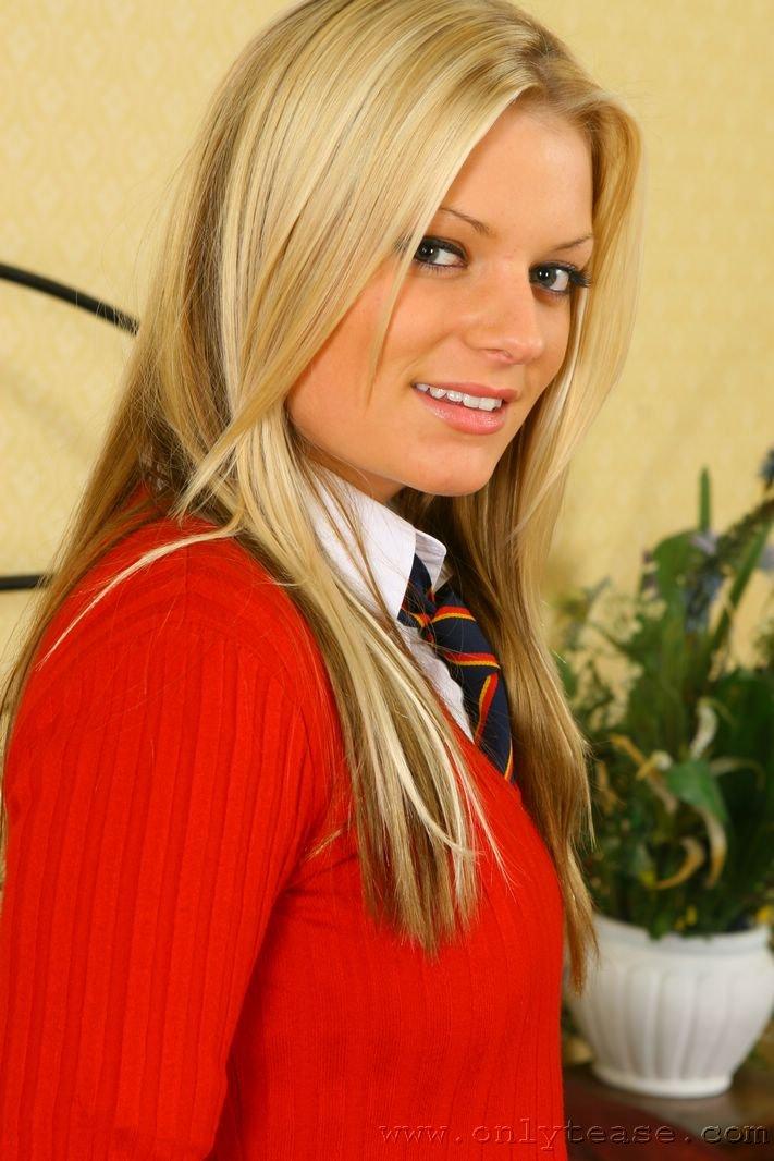 Красивая студентка колледжа святого Франциска Steffi Onlytease раздевается до трусиков чтобы покувыркаться в кровати