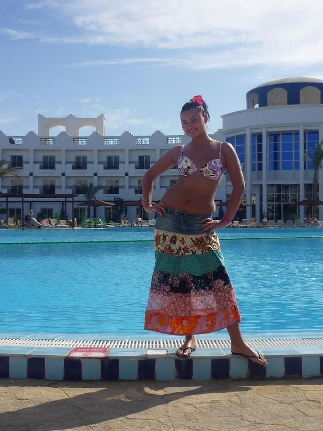 Красивые девушки на берегу моря и возле бассейна в бикини