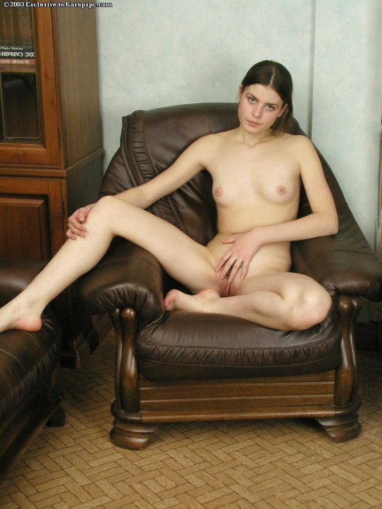 Красотка позирует голая на высоких каблуках