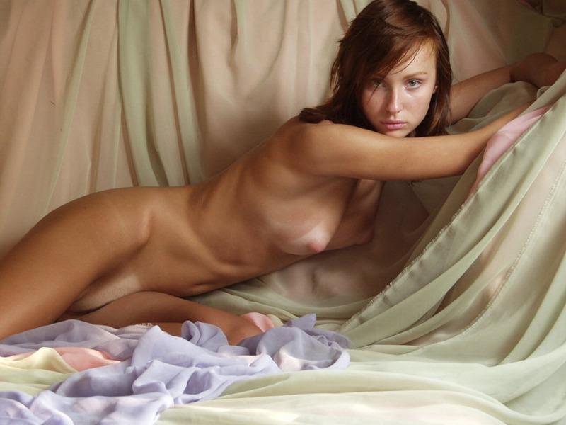 Молодая рыжая девка позирует голой