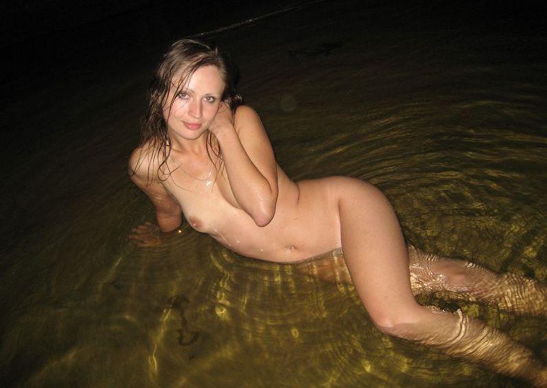 Ночная эротика от девушки на берегу реки