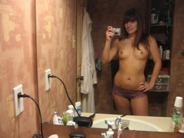 Очаровательные девчата ерзают голыми и в нижнем белье
