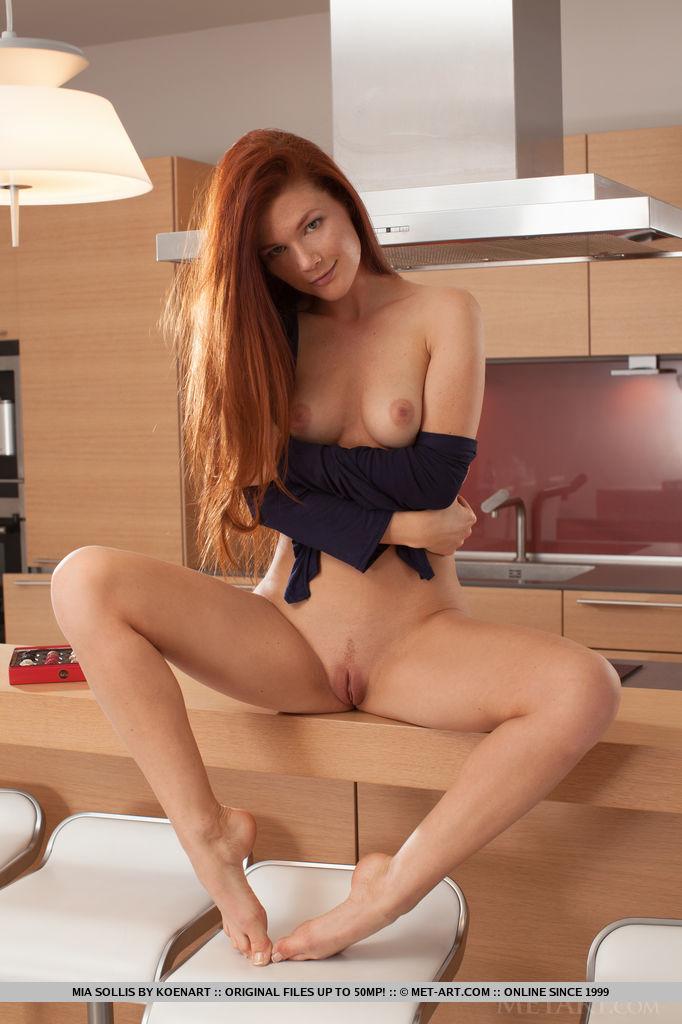 Рыжая красотка медленно снимает с себя белье на кухне