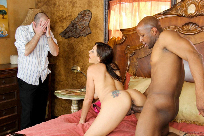 Большегрудая зрелая сучка Raylene наслаждается, когда ее латинскую пизду жестко ебет твердый член