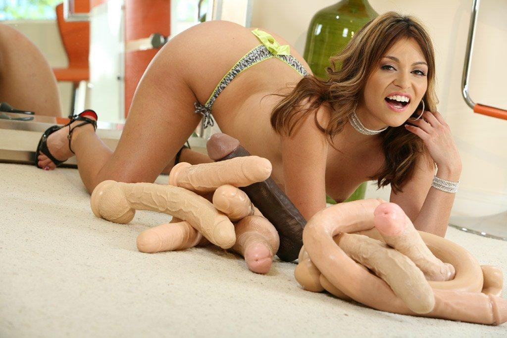 Латиноамериканка Thea Marie с идеальной задницей проникает в свою киску черным вибратором