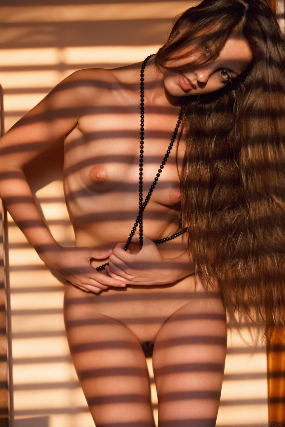 Невероятно красивая латина Lorena Morena заставляет наши слюнки течь, когда она показывает свое идеальное тело