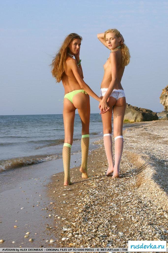 Телки на пляже и без трусов