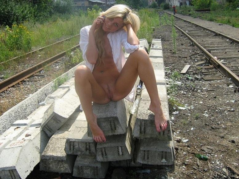Голая блондинка устраивает прогулки по природе