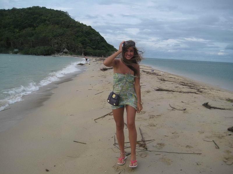Красивая туристка гуляет голышом на лазурном берегу