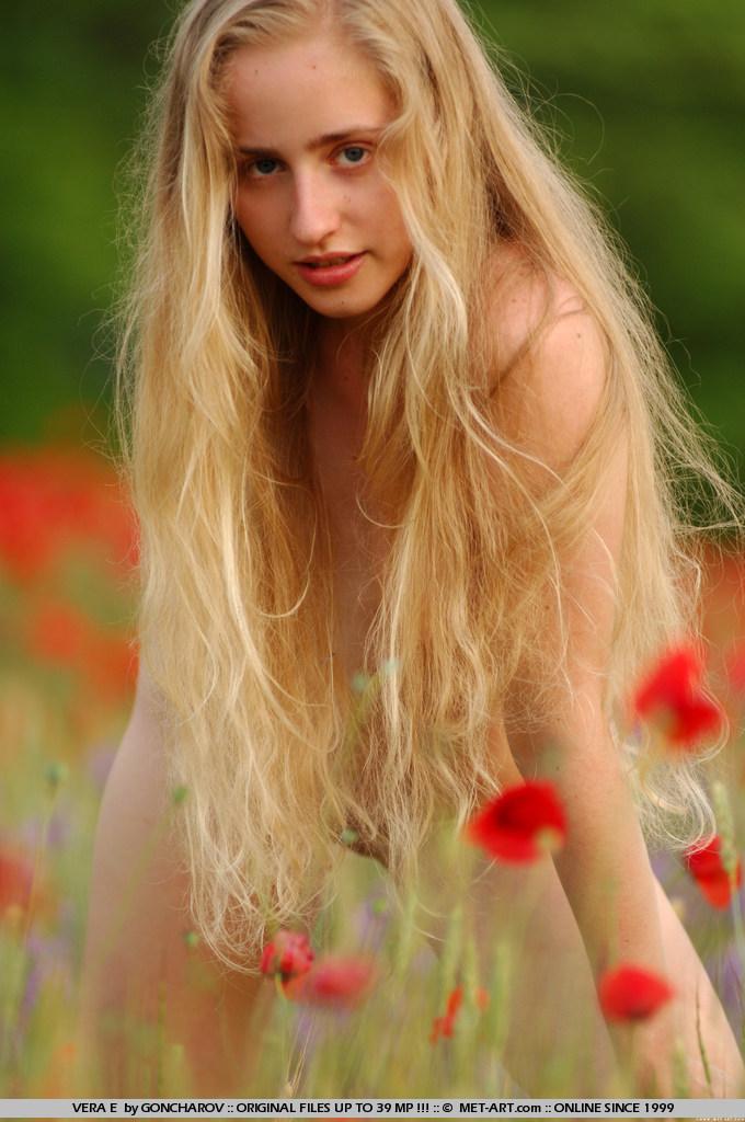 Красотка-подросток Vera E ходит абсолютно голой на улице, показывает грудь и киску
