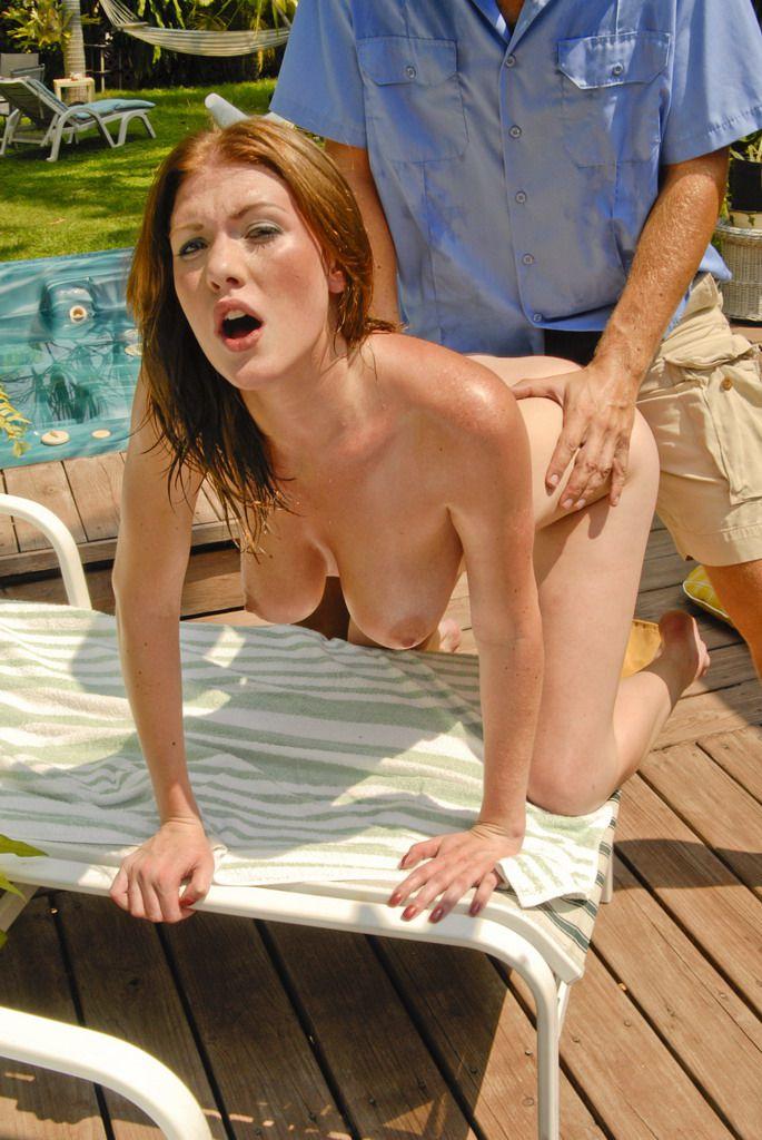 Парень делает массаж грязной детке Victoria Vonn и заставляет ее заняться грубым сексом на природе