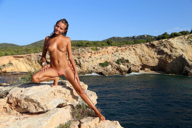 Привлекательная девочка-подросток Mango A показывает свою бритую киску на природе, играя с ней