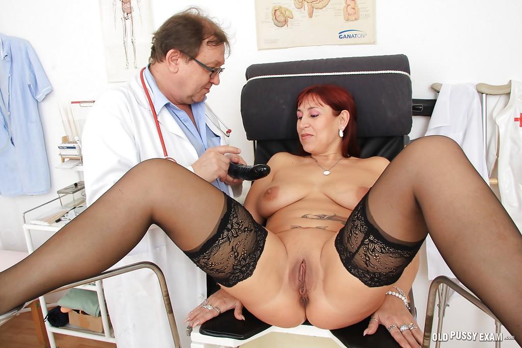 Очкастый врач с пузом втыкает секс игрушки в вагину рыжей зрелки