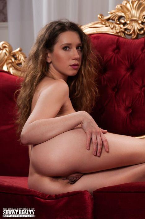 Сексуальная худая куколка с маленькими сиськами показала свою возбужденную вагину крупно