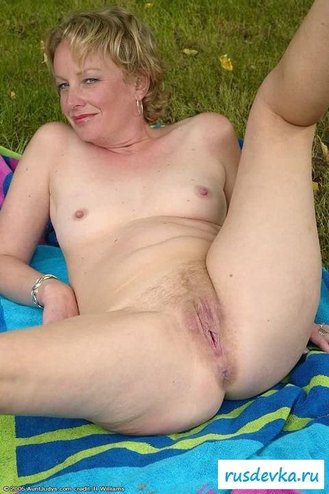 Пьяная голая женщина показала пизду на природе