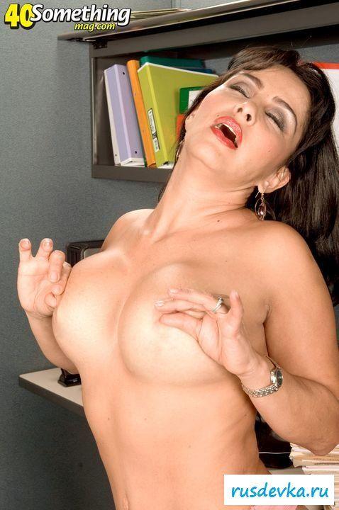 Брюнетка показала что у нее под юбкой