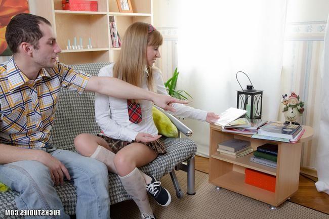 Брюнетка в белой юбочке отимела себя на стульчике порно фото