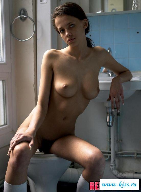 Обнажённые сиськи женщины в уборной
