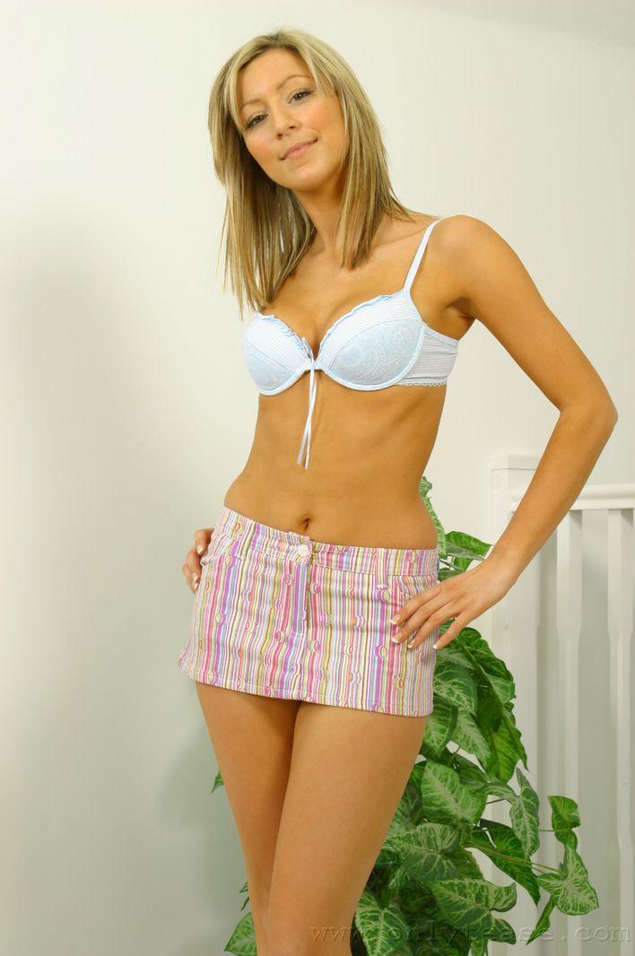 Застенчивая малышка Lucy T в розовой мини юбке и футболке показывает свои сексуальные