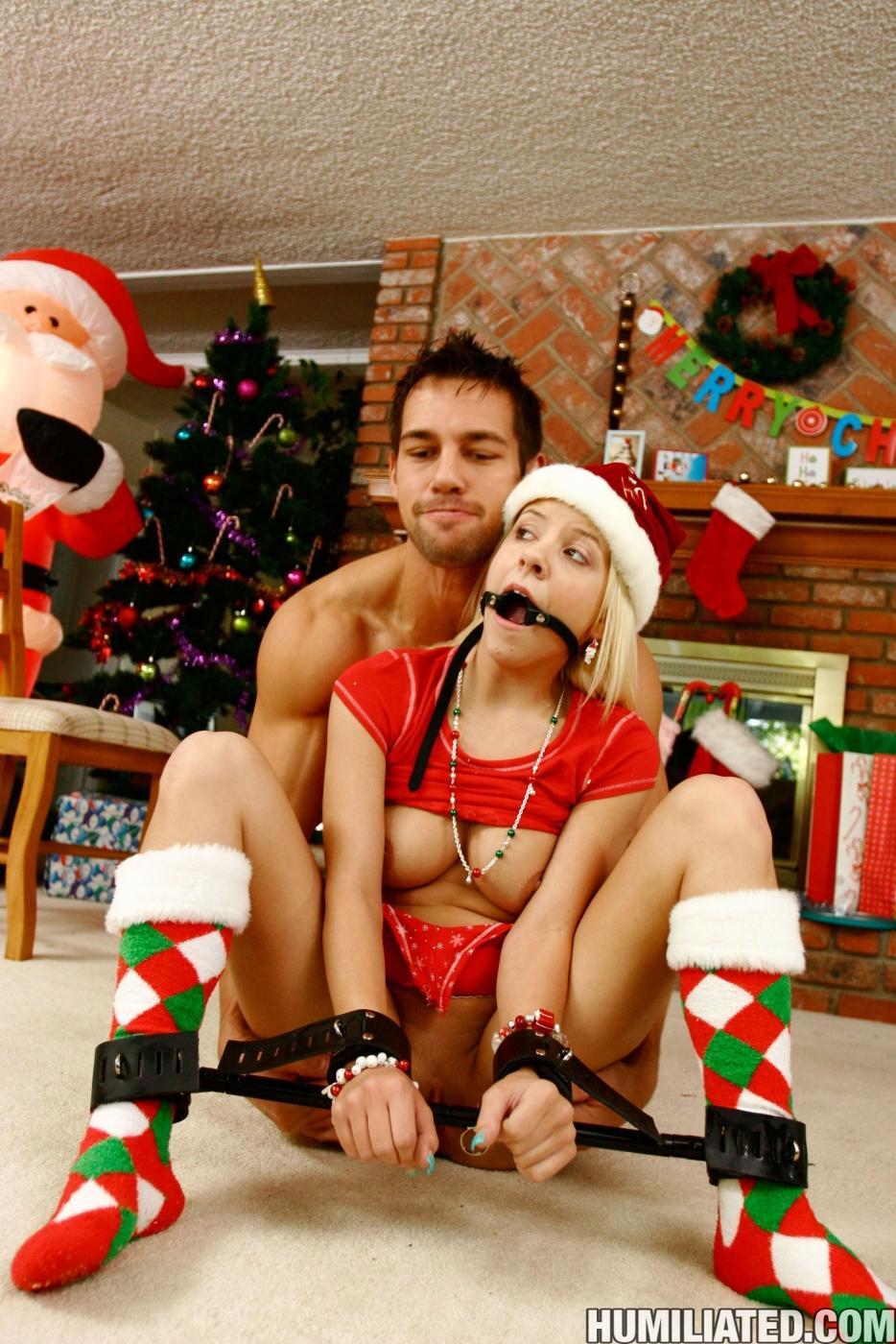 Беспомощной блондинке Tessa Taylor мучают киску и трахают на полу в Рождество