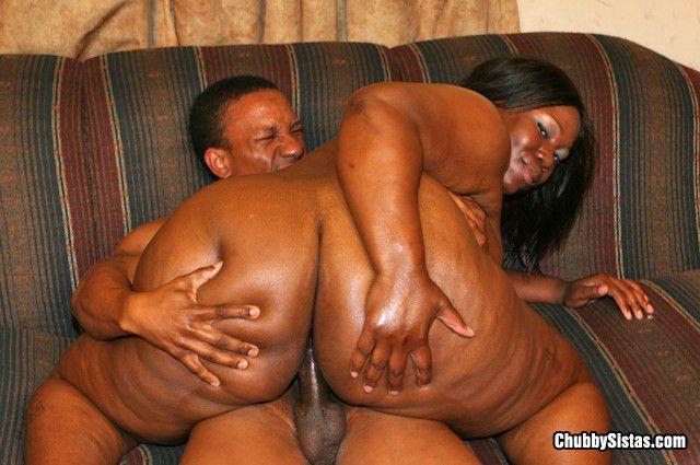 Большой черной женщине Tinah Taboo  трахают ее толстую шоколадную киску членом