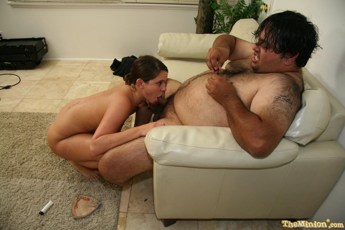 Большой парень приближается к сильному оргазму, когда Savannah Stern глубоко засасывает его член