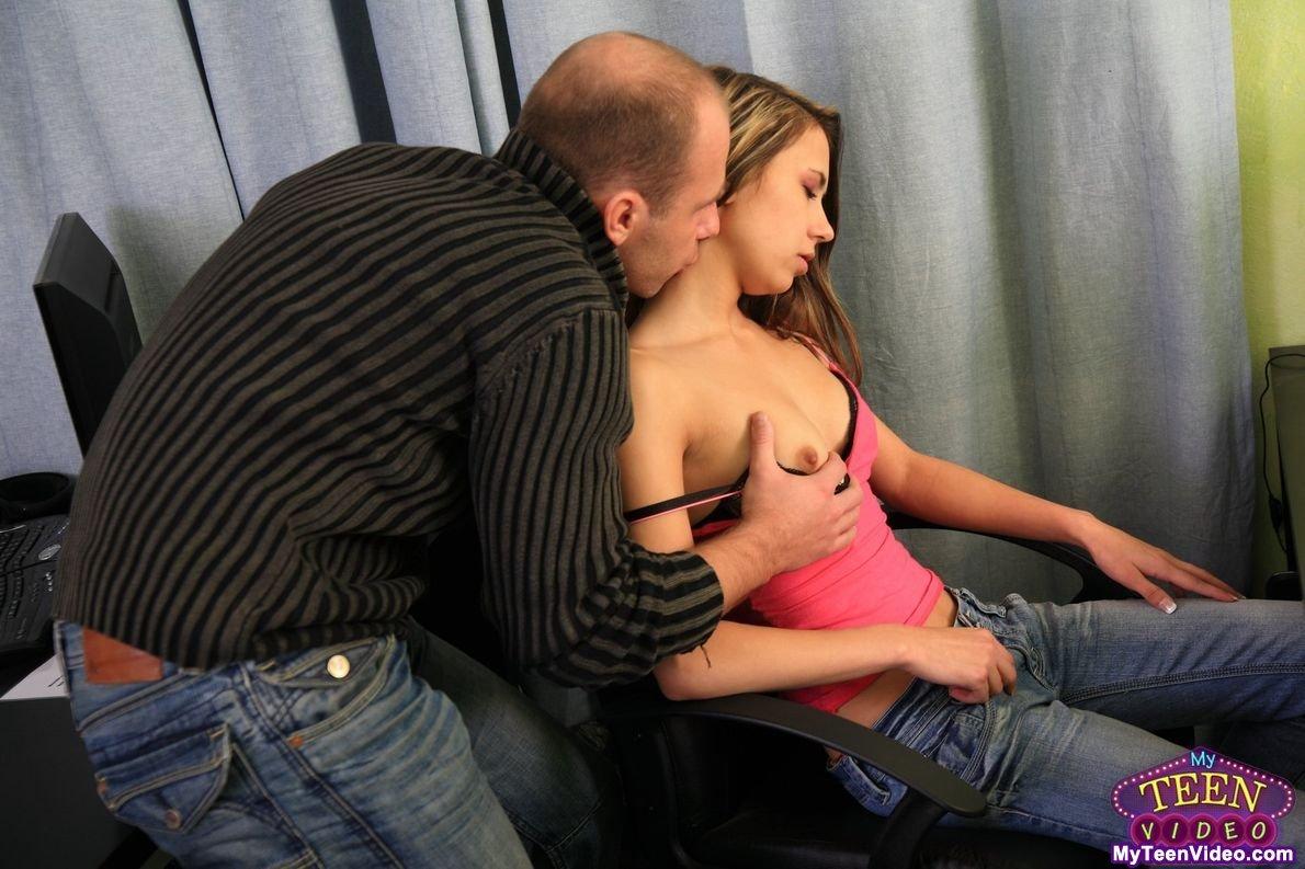 Девочка легкого поведения Monica Sweat получила сперму на свои маленькие сисечки после очень хорошего секса с лысым мужчиной
