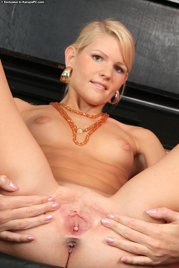 Длинноногая Nela Bony раздевается и показывает свою гладкую киску