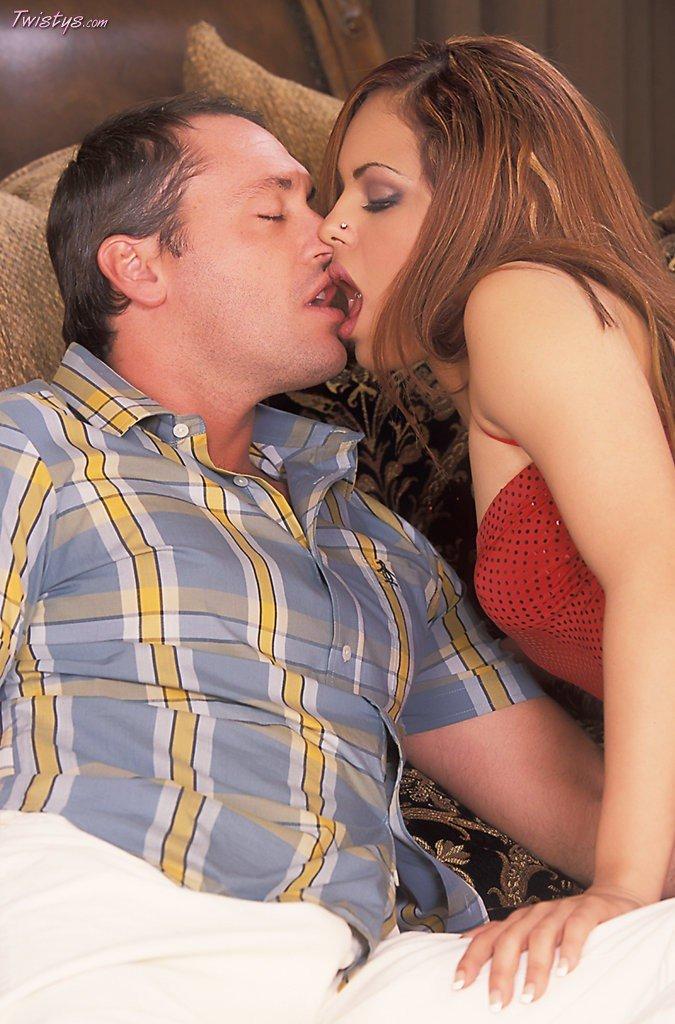 Конфетка в красном платье Victoria Sweet дает поцеловать свою грудь и киску, а потом и трахнуть ее толстым членом