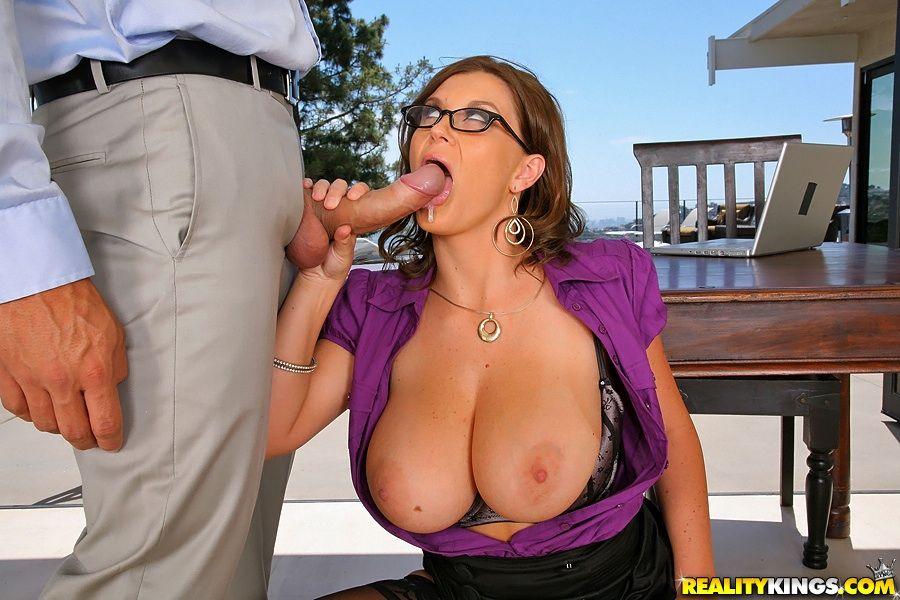 Красивая сисястая бизнес леди Sara Stone оттрахана после уличного свидания