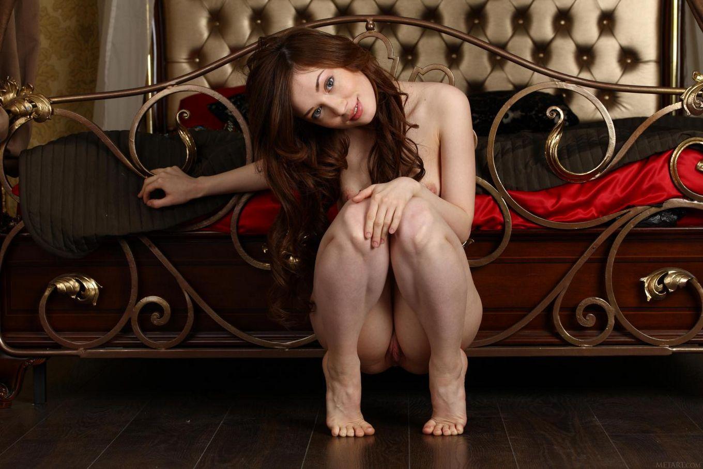Красотка Julie Vee настолько соблазнительна со своей классной грудью и узкой дырочкой