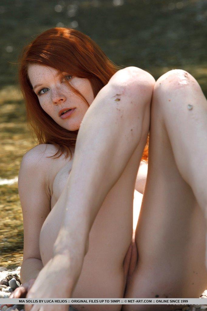 Красотка Mia Sollis раздевается и опускается на землю чтобы показать киску