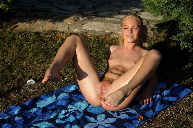 Лесбийская куколка с прищепками на губках бритой киски Angie Koks, кормит свою вагину леденцом