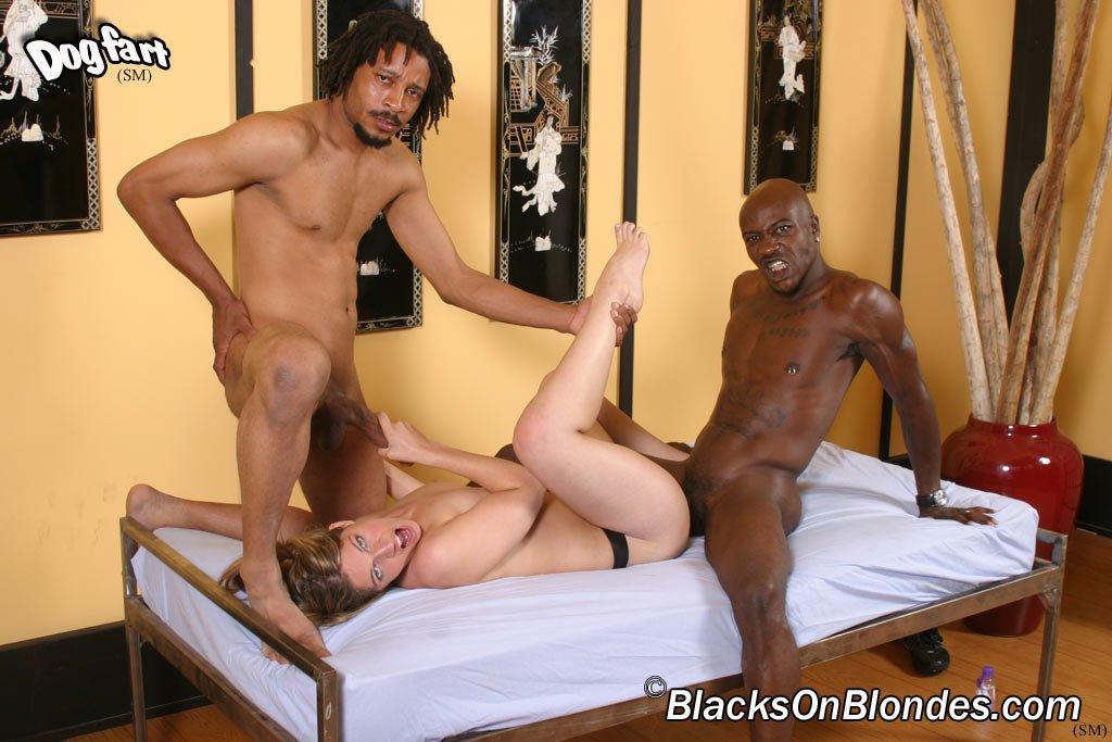 Милашка Renee Jordan трахается и принимает сперму черного парня