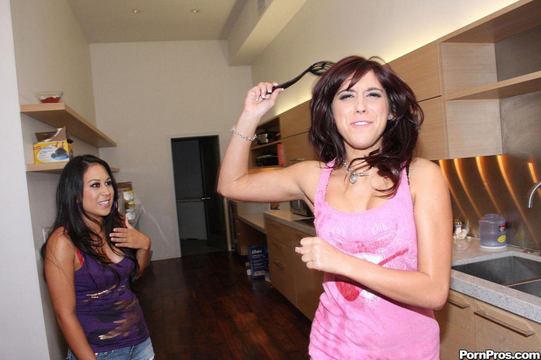 Miley Ann слизывает сперму со своей тупой темноволосой подругой после хорошего порева