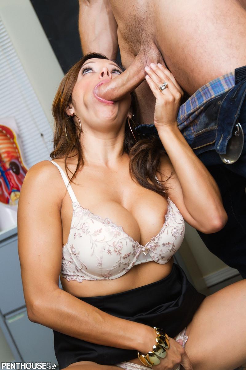 Несведущая мамочка с большой грудью Francesca Le ласкает член орально и вагинально