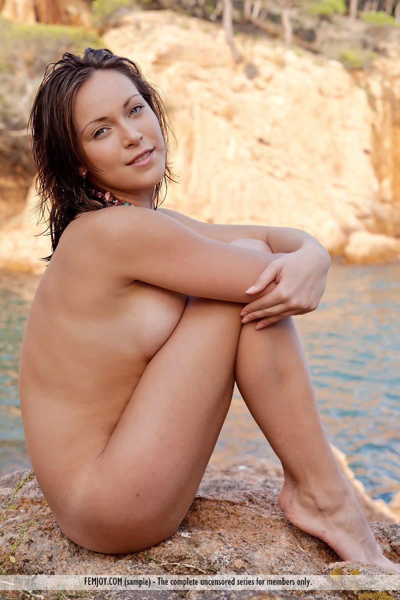 Роскошная модель Sophia E любит показывать свою круглую грудь
