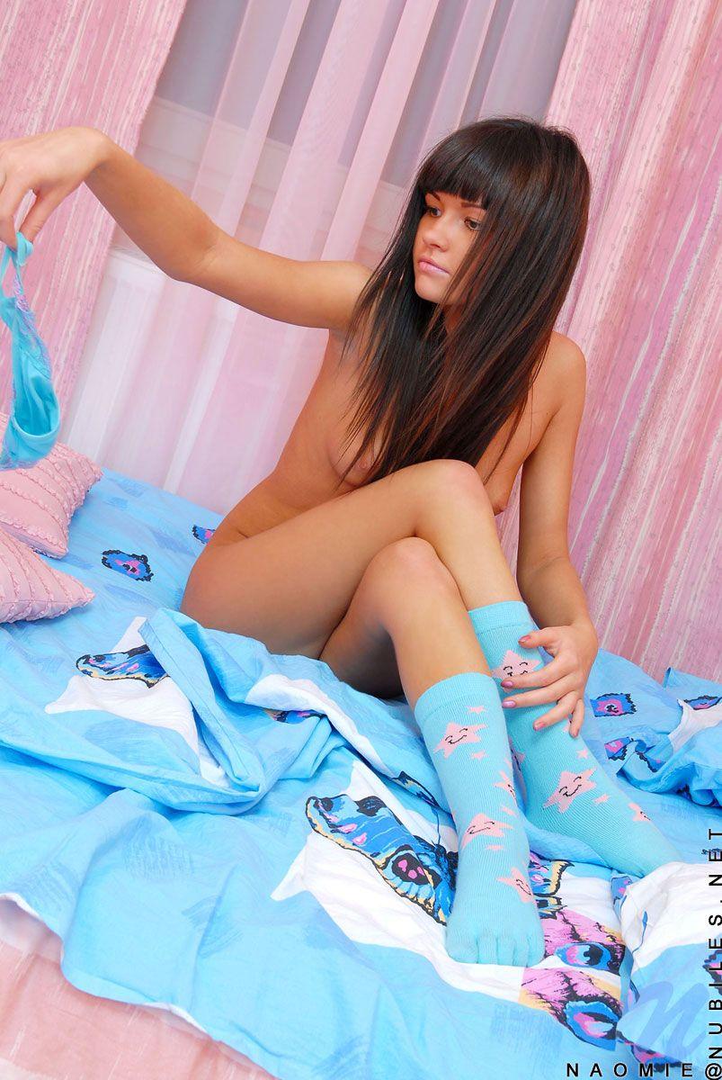 Сексуальная кошечка Naomie Nubiles снимает голубое белье и втыкает два пальца в письку