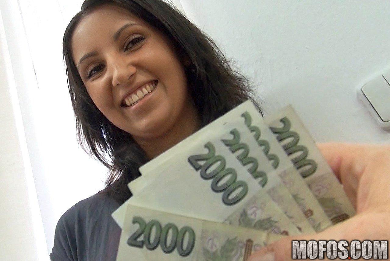 Сексуальная Samante Mofos показывапет свой профессионализм в ебле за деньги