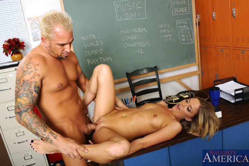 Стеснительная блондиночка Megan Sweetz трахается, сосет и глотает аппетитную сперму