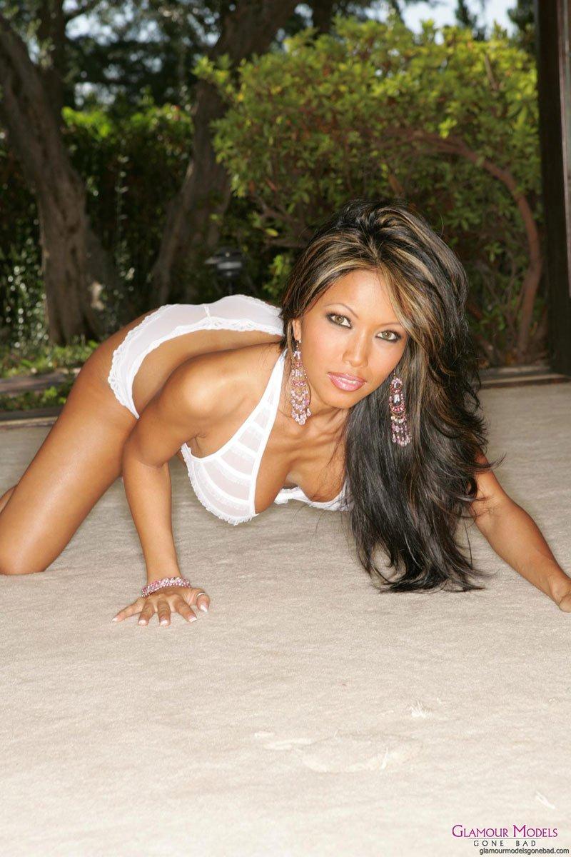Стройная азиатская дразнилка в белом белье Teanna Kai показывает свою идеальную силиконовую грудь