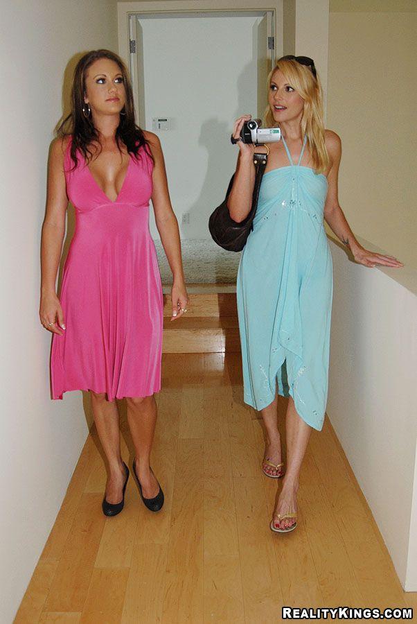 Зрелые лесбиянки Rhiannon Alize и Samantha занимаются сексом на кровати