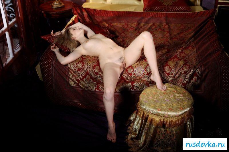 Раздетая русская девчонка с приятной грудью