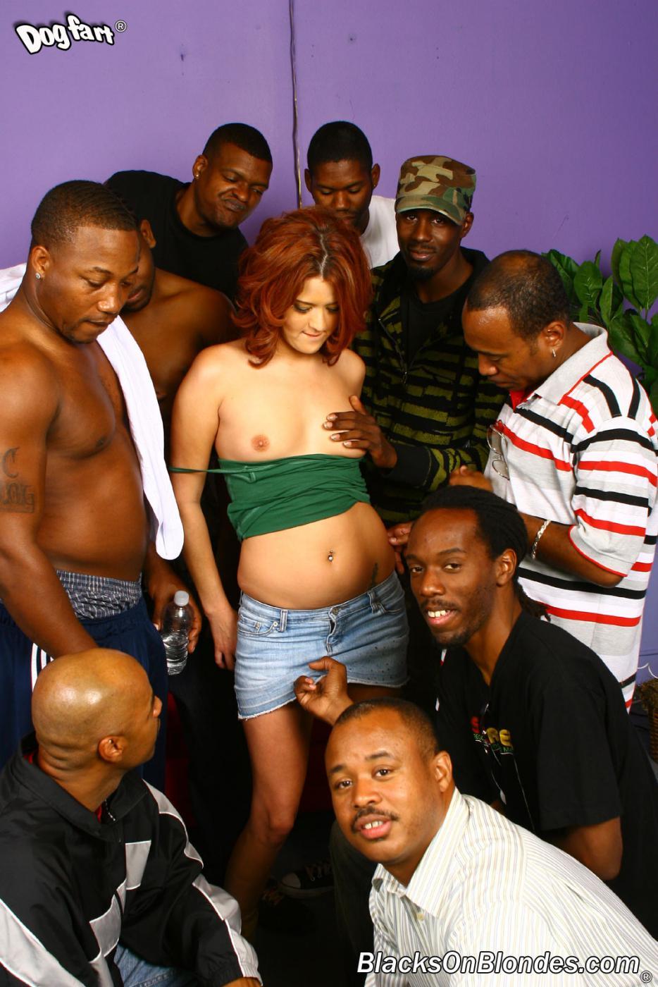 Похотливая рыжая Trisha Rey играет со своей киской вибратором и сосет черные члены