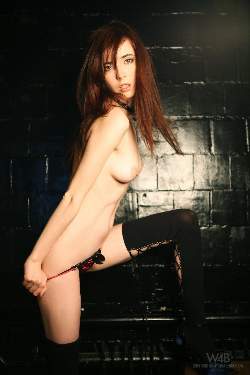 Рыжая Masha F показывает свое эмо-лицо и красивое тело