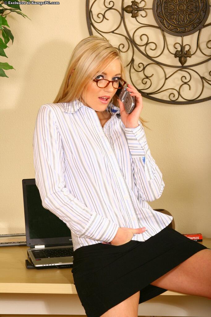 Элегантная Kylee Reege снимает офисный костюм и трусики