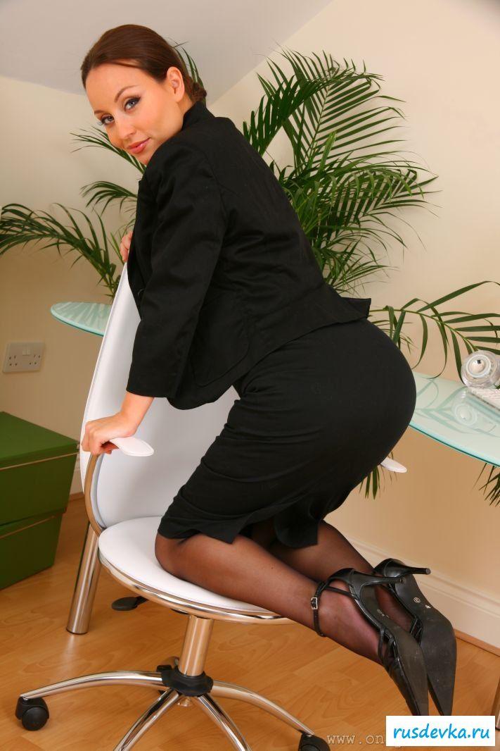 Красавица раздевается в офисе