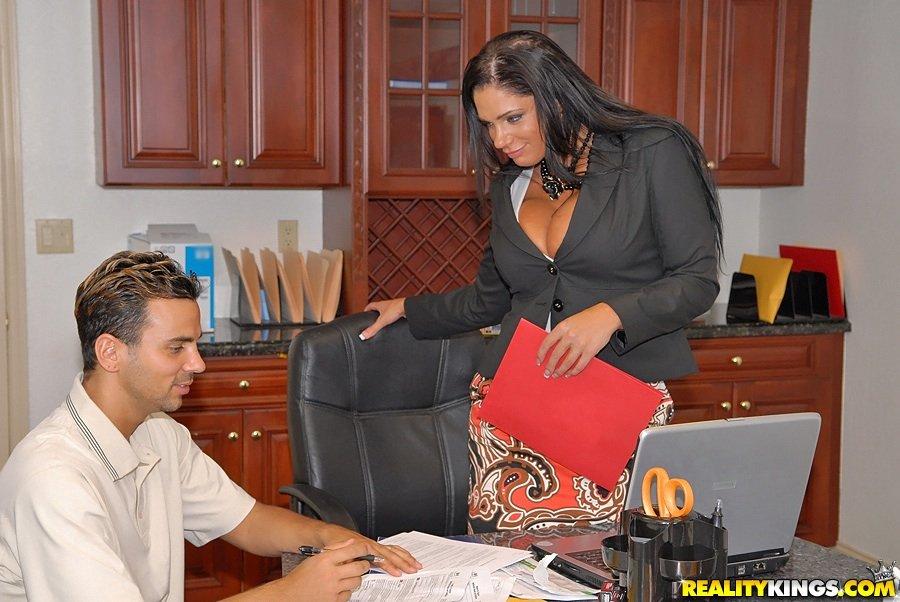 Мамочка с тяжелыми грудями и волнистыми волосами Angela Aspen взяла хуй в свою киску прямо в офисе!